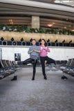 Donna che fa yoga in aeroporto Fotografie Stock Libere da Diritti