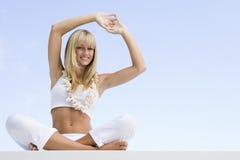 Donna che fa yoga all'esterno Immagine Stock