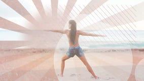 Donna che fa yoga alla spiaggia stock footage