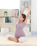 Donna che fa yoga di rilassamento a casa Fotografia Stock
