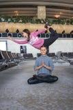 Donna che fa yoga nel corridoio dell'aeroporto Fotografie Stock Libere da Diritti