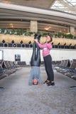 Donna che fa yoga nel corridoio dell'aeroporto Immagini Stock Libere da Diritti