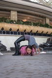 Donna che fa yoga nel corridoio dell'aeroporto Immagini Stock