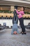 Donna che fa yoga nel corridoio dell'aeroporto Fotografia Stock