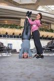 Donna che fa yoga nel corridoio dell'aeroporto Fotografia Stock Libera da Diritti