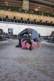 Donna che fa yoga nel corridoio dell'aeroporto Fotografie Stock