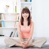 Donna che fa yoga nel paese Immagine Stock Libera da Diritti