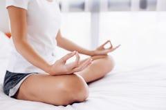 Donna che fa yoga nel paese Immagini Stock