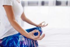Donna che fa yoga nel paese Fotografia Stock