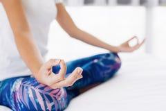 Donna che fa yoga nel paese Fotografia Stock Libera da Diritti