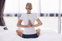 Donna che fa yoga nel paese Immagini Stock Libere da Diritti