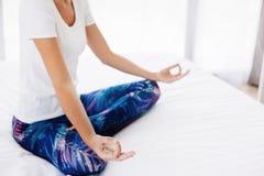 Donna che fa yoga nel paese Fotografie Stock Libere da Diritti