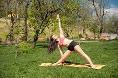Donna che fa yoga in sosta fotografie stock libere da diritti