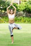 Donna che fa yoga su sfondo naturale immagini stock