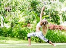 Donna che fa yoga su sfondo naturale fotografia stock