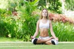 Donna che fa yoga su sfondo naturale immagini stock libere da diritti