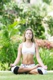 Donna che fa yoga su sfondo naturale fotografie stock