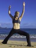 Donna che fa yoga sulla spiaggia Immagine Stock