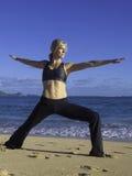 Donna che fa yoga sulla spiaggia Fotografie Stock