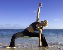 Donna che fa yoga sulla spiaggia Immagini Stock Libere da Diritti