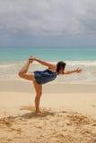 Donna che fa yoga sulla spiaggia Immagini Stock