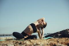 Donna che fa yoga sulla spiaggia Fotografia Stock Libera da Diritti