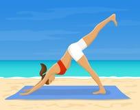Donna che fa yoga sulla spiaggia royalty illustrazione gratis