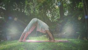 Donna che fa yoga stock footage