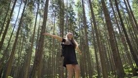 Donna che fila intorno nella foresta video d archivio
