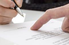 Donna che firma un documento Immagini Stock Libere da Diritti