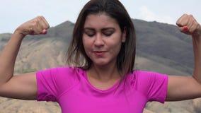 Donna che flette i muscoli del bicipite video d archivio