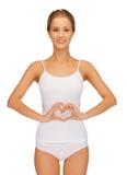 Donna che forma forma del cuore sulla pancia Immagini Stock Libere da Diritti