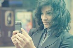 Donna che fotografa con il telefono delle cellule Fotografia Stock