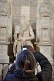 Donna che fotografa la statua di Mosè da Michelangelo Fotografia Stock Libera da Diritti