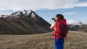 Donna che fotografa le montagne stock footage