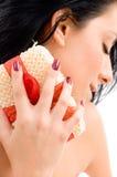 Donna che frega il suo collo su una priorità bassa isolata Fotografie Stock Libere da Diritti