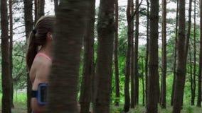 Donna che funziona nella foresta video d archivio