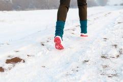 Donna che funziona sulla neve Immagine Stock