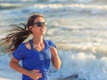 Donna che funziona sulla spiaggia Fotografia Stock Libera da Diritti