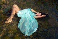 Donna che galleggia in acque della spiaggia Fotografia Stock Libera da Diritti