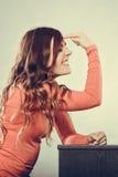 Donna che gesturing con il dito sulla sua testa pazzesco Immagine Stock Libera da Diritti