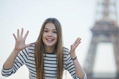 Donna che gesturing e che sorride Fotografia Stock