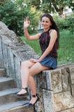 Donna che gesuring bene con la mano fotografia stock