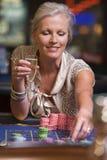 Donna che gioca alla tabella delle roulette Immagini Stock
