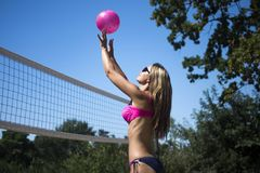 Donna che gioca beach ball Fotografia Stock Libera da Diritti