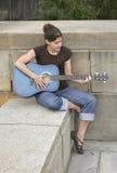 Donna che gioca chitarra fotografie stock