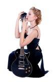 Donna che gioca chitarra elettrica Fotografie Stock Libere da Diritti