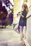 Donna che gioca con i capelli Fotografie Stock Libere da Diritti