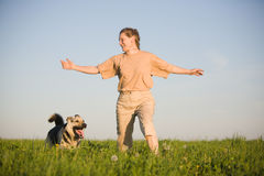 Donna che gioca con il cane Fotografie Stock Libere da Diritti