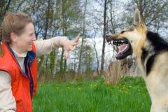 Donna che gioca con il cane immagine stock libera da diritti